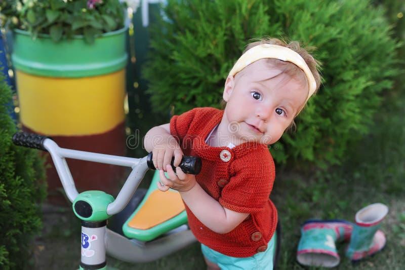 liten flicka på cykeln Unge som utomhus cyklar i by fotografering för bildbyråer