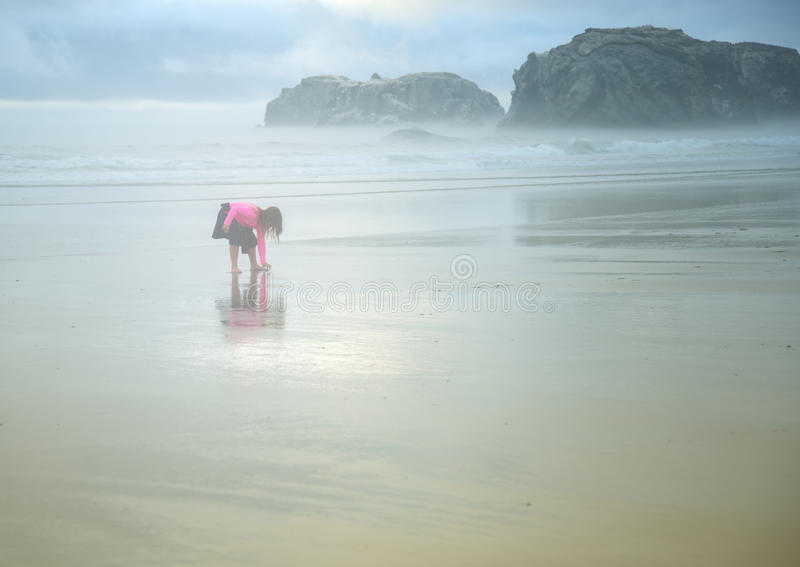 Liten flicka på den dimmiga stranden, Oregon royaltyfri fotografi