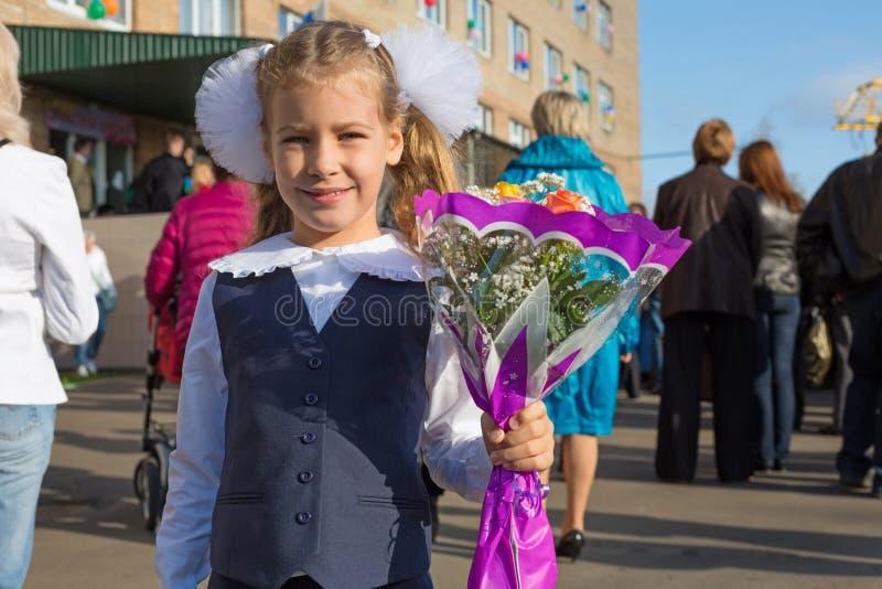Liten flicka på den första dagen av skolan royaltyfria bilder