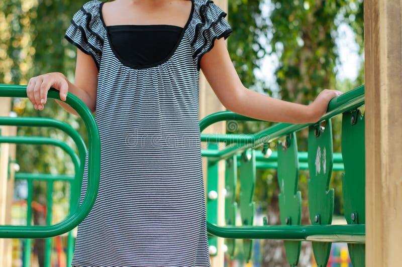liten flicka på den soliga dagen för lekplatssommar royaltyfri foto
