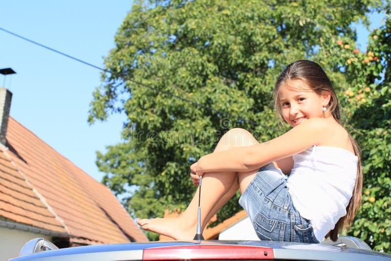 Liten flicka på en bil arkivbilder