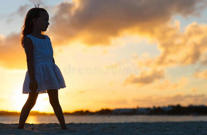 Liten flicka på en strand arkivfoto