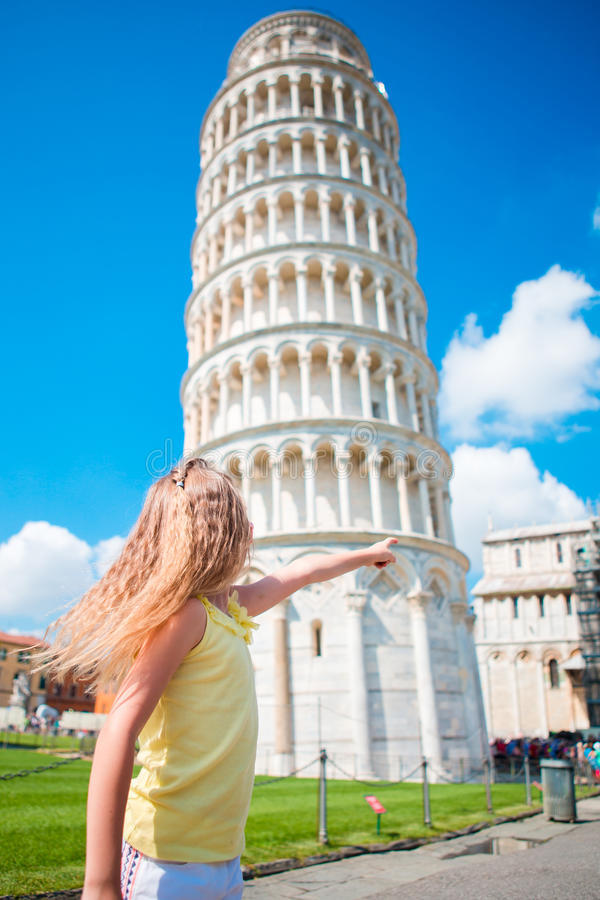 Liten flicka på italiensk semester nära det berömda lutande tornet av Pisa royaltyfria foton