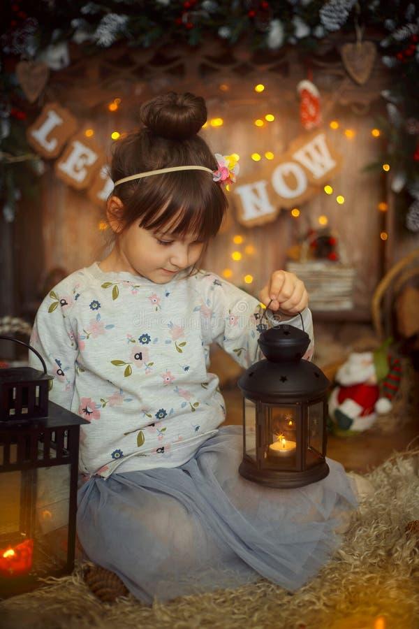 Liten flicka på julhelgdagsaftonen royaltyfri foto
