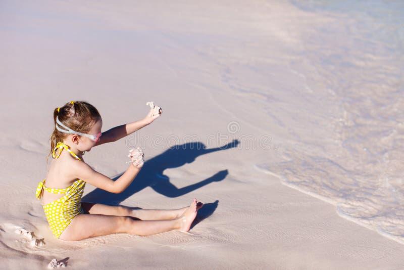 Liten flicka på semester arkivfoto