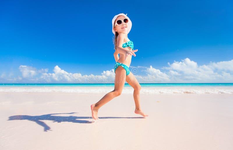 Liten flicka på semester arkivfoton