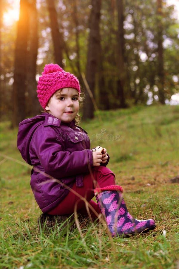 Liten flicka på skogen royaltyfri foto