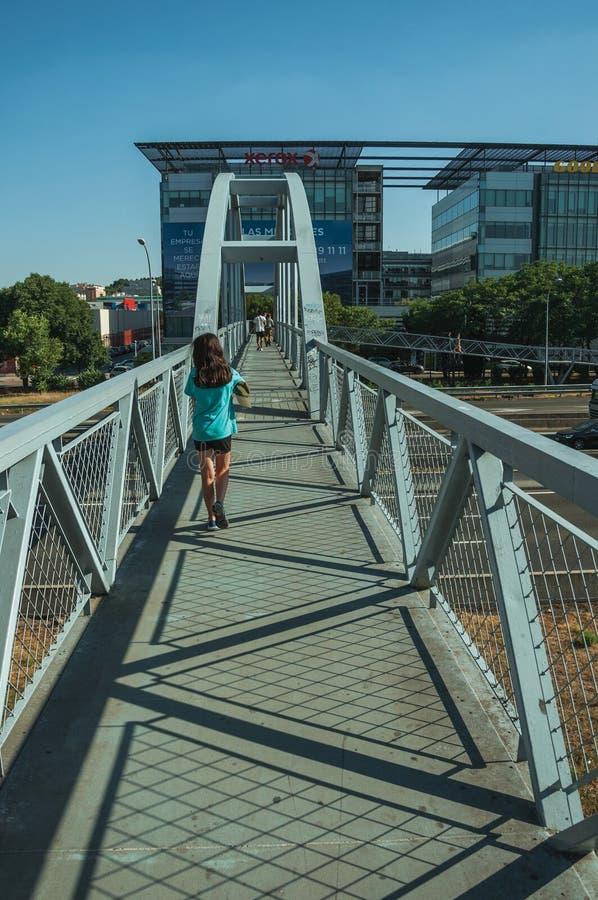 Liten flicka på spången för gångare över huvudvägen i Madrid arkivfoton