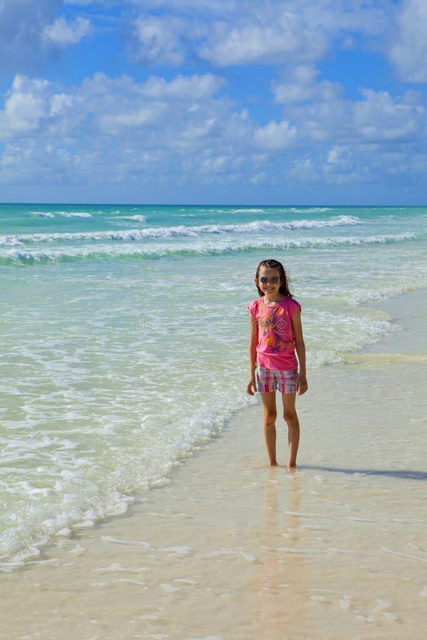 Liten flicka på stranden arkivbilder