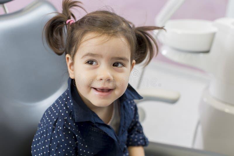 Liten flicka på tandläkaren royaltyfria foton