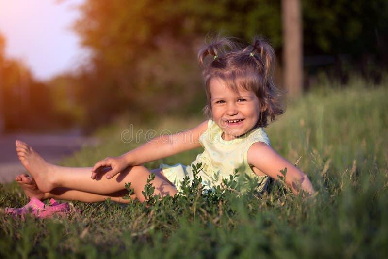 Liten flicka på trädgården arkivbilder