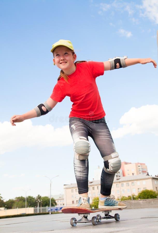 Liten flicka - skateboarder arkivfoto