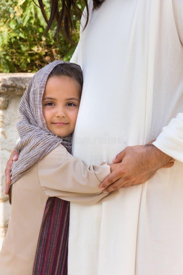 Liten flicka som älskar Jesus royaltyfri bild