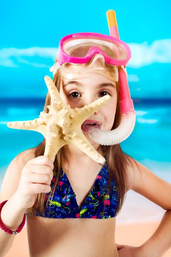 Liten flicka som är klar för att snorkla royaltyfri fotografi