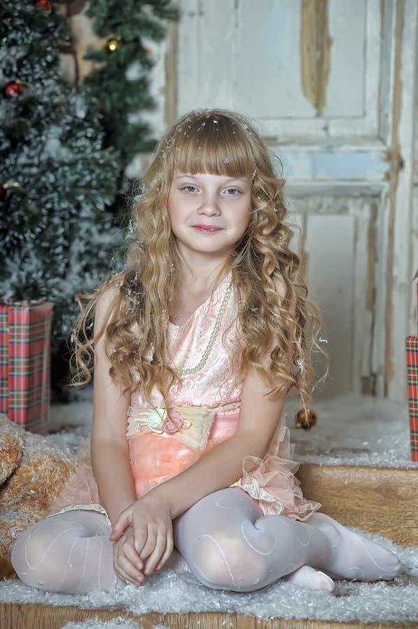 Liten flicka som är lycklig om julgåva royaltyfri foto