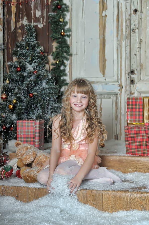 Liten flicka som är lycklig om julgåva arkivbilder