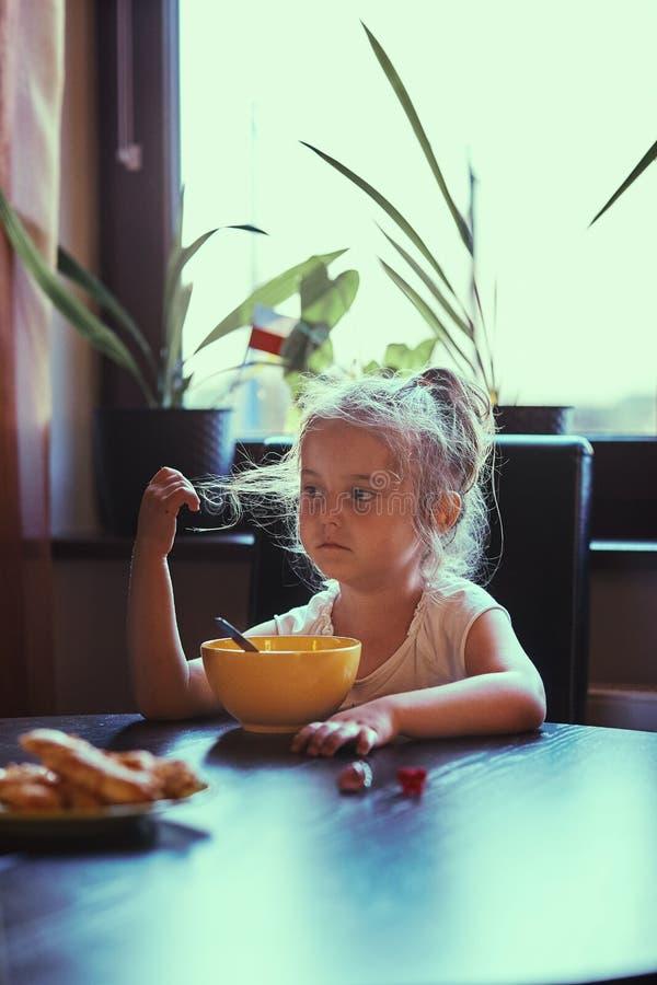 Liten flicka som äter en frukost arkivbilder