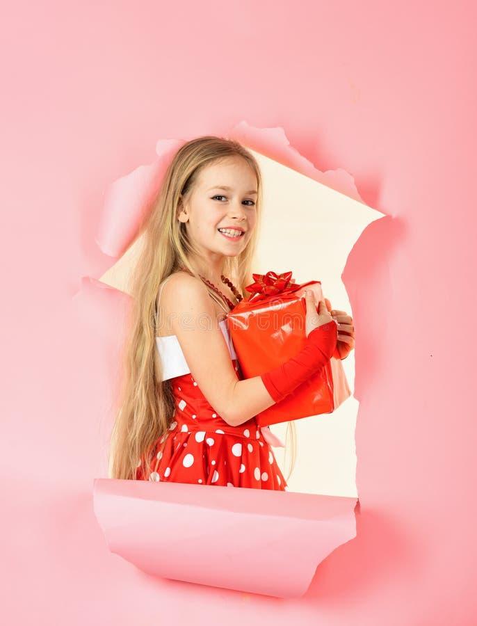 Liten flicka som öppnar en magisk julgåva i studio royaltyfri fotografi