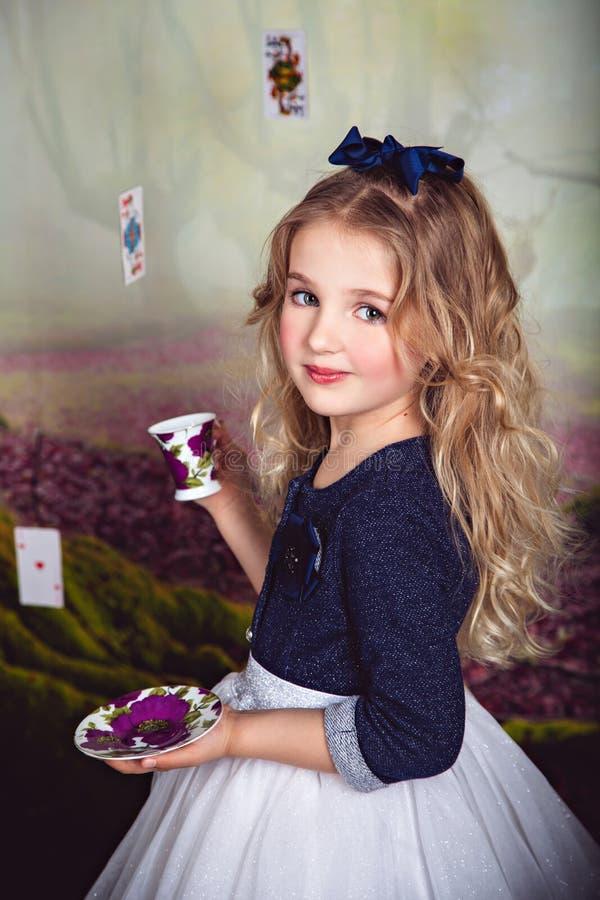 Liten flicka som Alice i underland arkivbilder