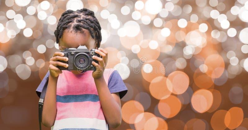 Liten flicka som använder den digitala kameran över bokeh royaltyfri bild