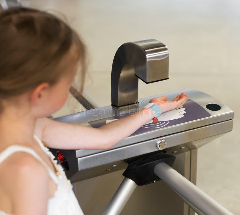 Liten flicka som använder den elektroniska QR-kodbiljetten royaltyfri foto