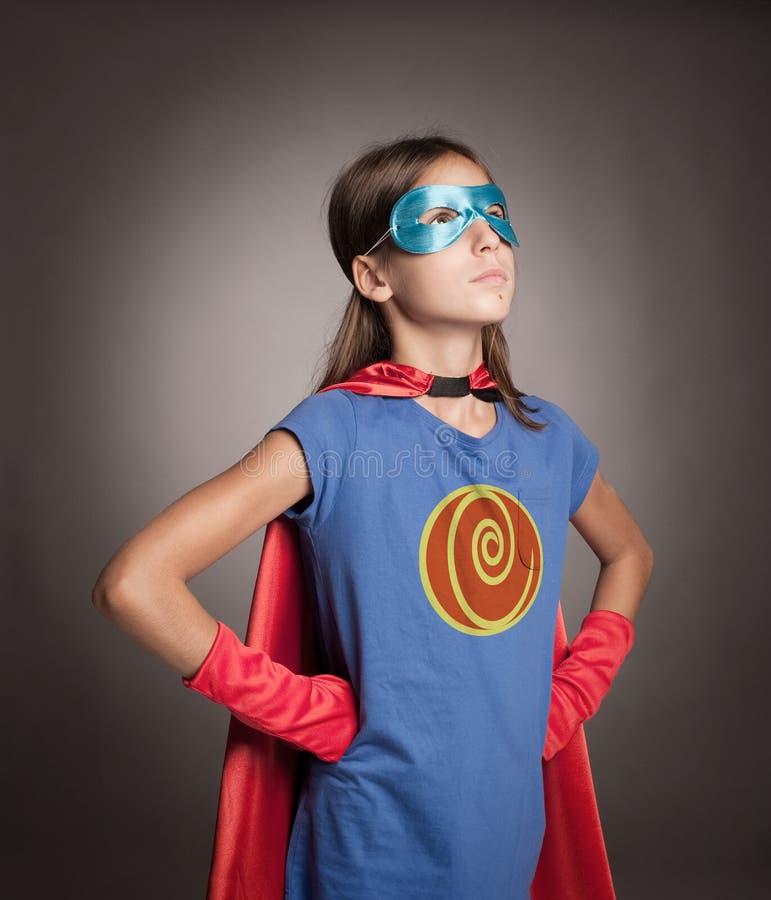 Liten flicka som bär en superherodräkt royaltyfria bilder