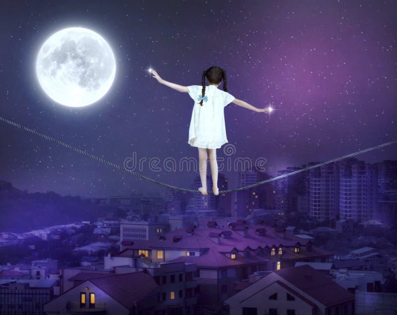 Liten flicka som balanserar på en spänd lina royaltyfri illustrationer