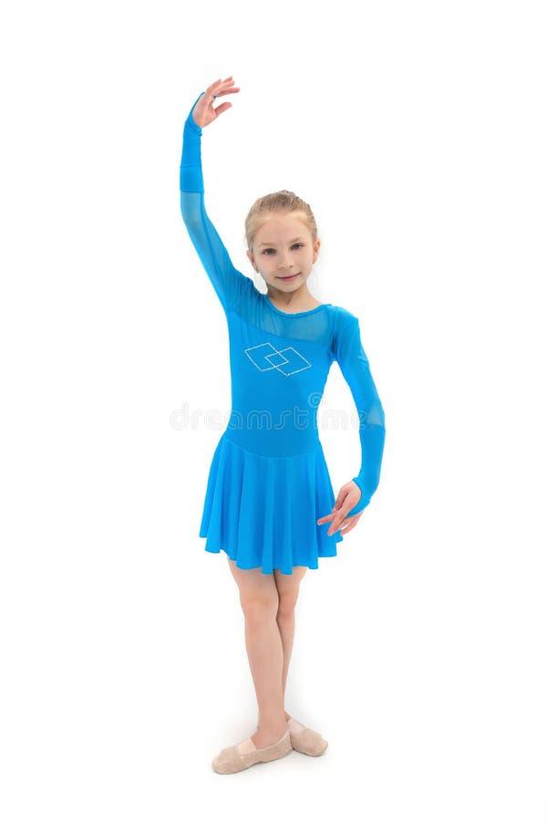 Liten flicka som dansaren, studioskott på vit bakgrund arkivbild