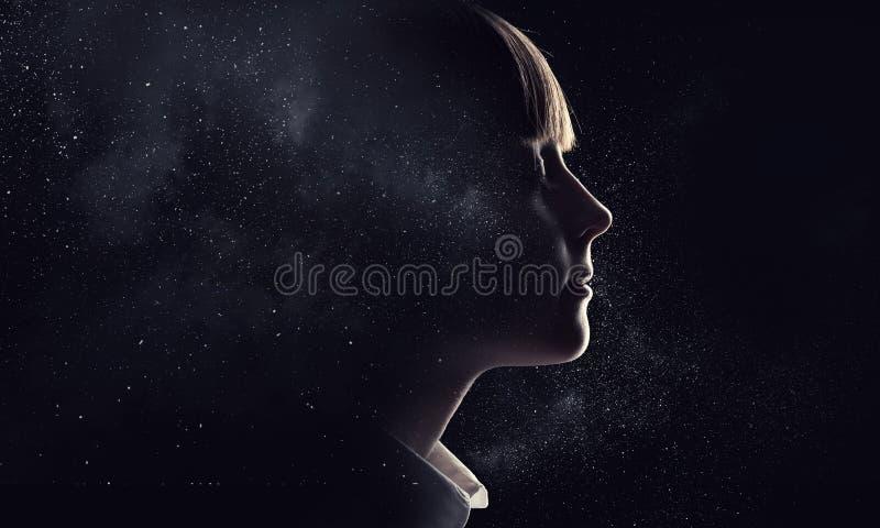 Liten flicka som drömmer med stängda ögon Blandat massmedia vektor illustrationer