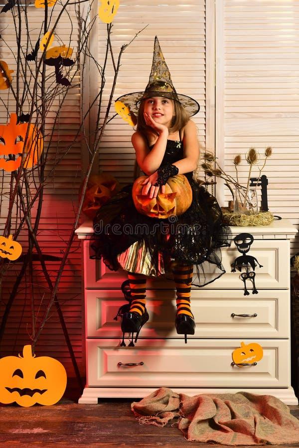 Liten flicka som drömmer på halloween Lilla flickan gör en halloween önska Drömma barnet i den halloween dräkten Im ett gulligt royaltyfri bild
