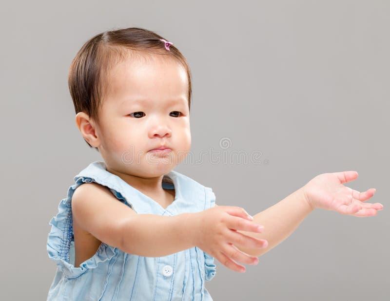 Liten flicka som drar upp handen arkivbild