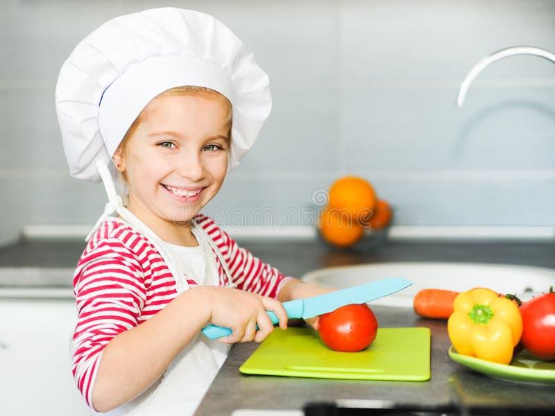 Liten flicka som förbereder sund mat arkivfoton