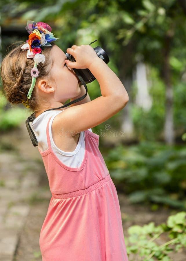 Liten flicka som fotograferar naturen arkivbilder