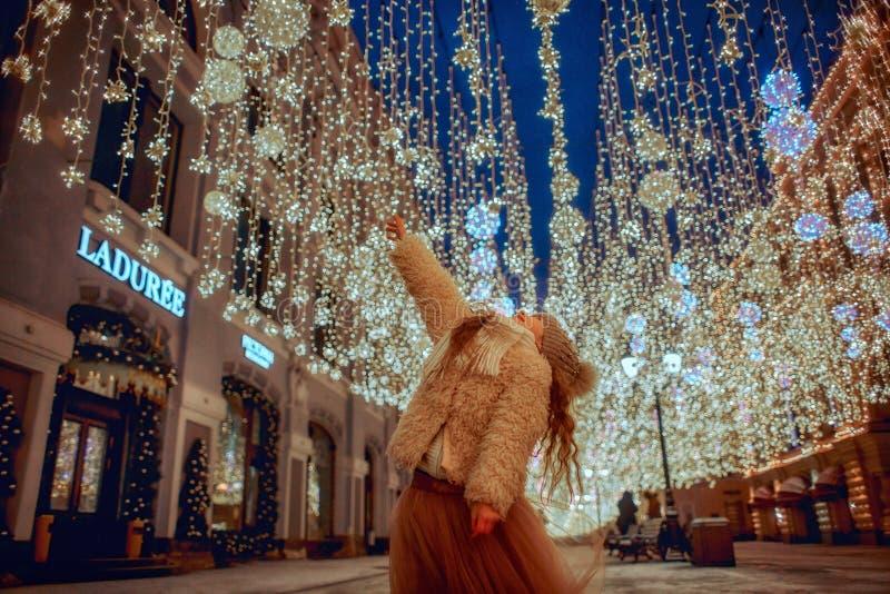 Liten flicka som går på nattstad royaltyfri bild