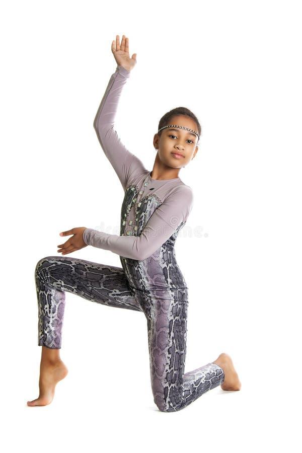 Liten flicka som gör gymnastik arkivfoto