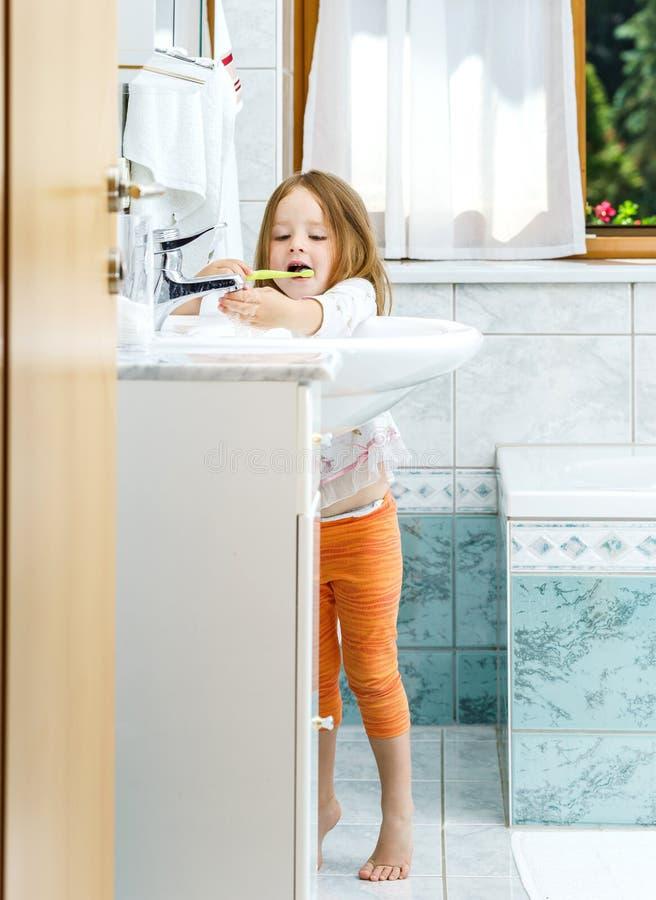 Liten flicka som gör ren tänderna arkivfoto