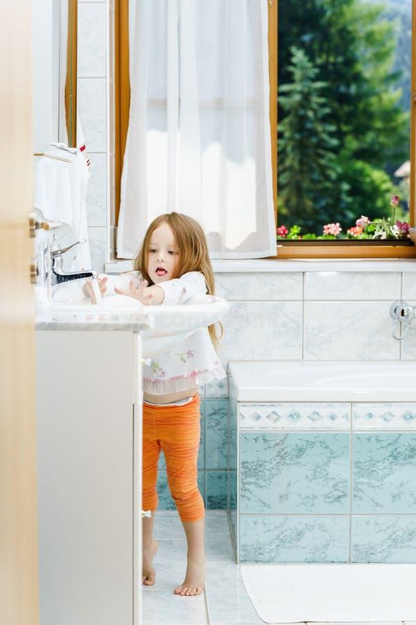Liten flicka som gör ren tänderna arkivfoton