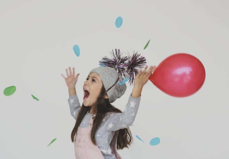 Liten flicka som har den roliga innehavballongen royaltyfria foton