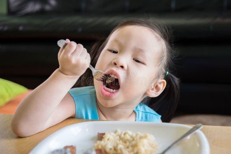 Liten flicka som har lunch royaltyfria foton