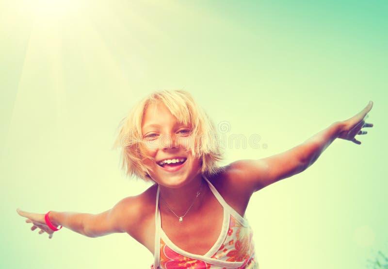 Liten flicka som har roligt utomhus- över naturhimmel royaltyfri foto