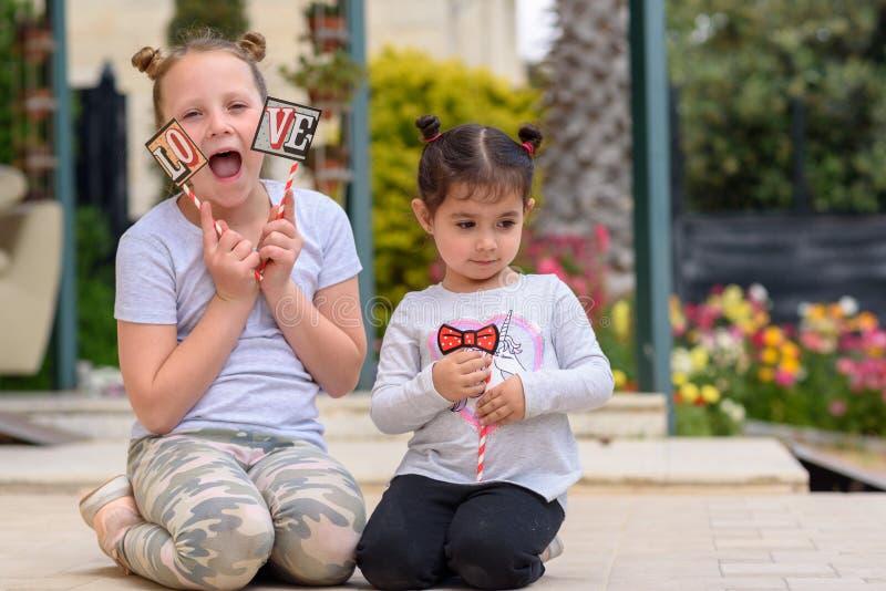 Liten flicka som har utomhus- gyckel lycklig sommarsemester royaltyfria foton