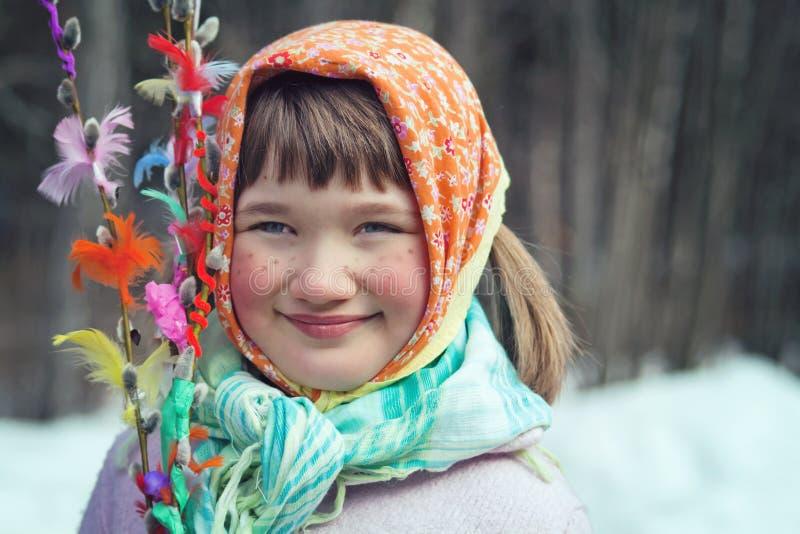 Liten flicka som kläs som en påskkäring arkivbilder