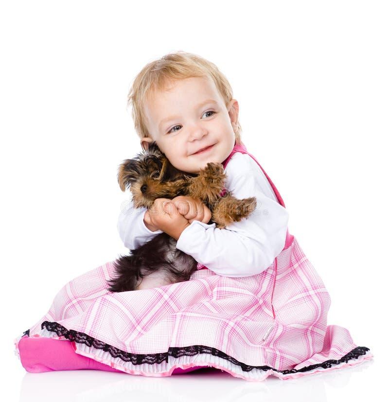 Liten flicka som kramar en valp Yorkshire Terrier På white royaltyfria bilder