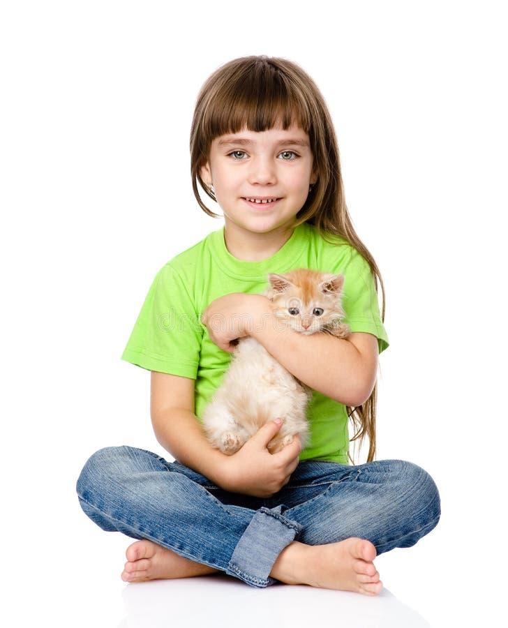 Liten flicka som kramar kattungen bakgrund isolerad white fotografering för bildbyråer