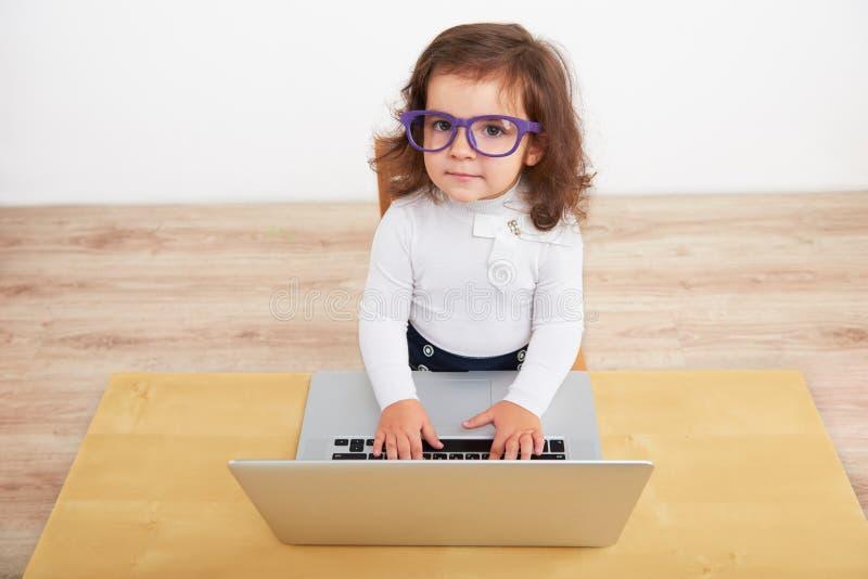 Liten flicka som låtsar för att vara affärskvinna royaltyfri fotografi