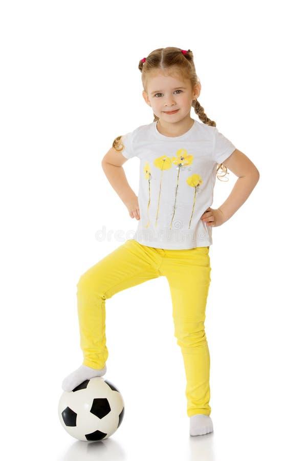 Liten flicka som leker med en boll fotografering för bildbyråer