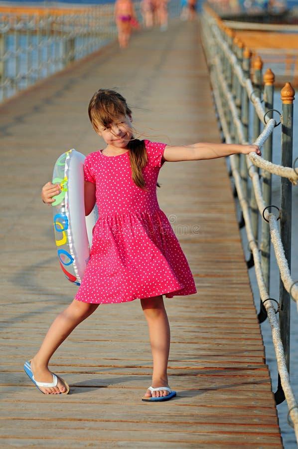 Liten flicka som poserar för fotograf royaltyfria foton