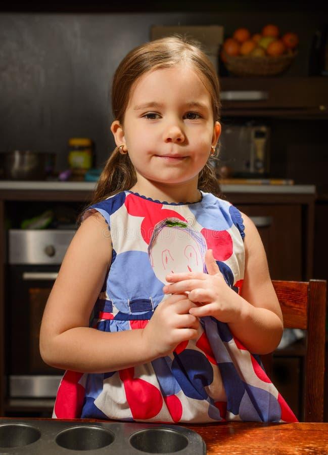 Liten flicka som poserar med leendeframsidaattraktion royaltyfri fotografi