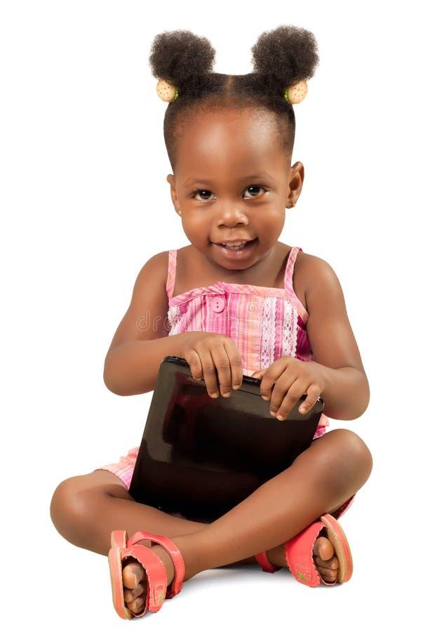 Liten flicka som rymmer en digital minnestavla royaltyfria bilder