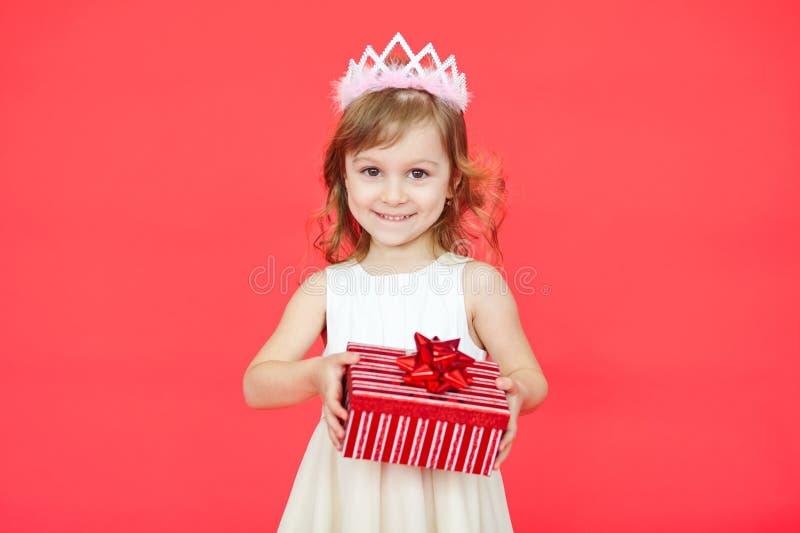 Liten flicka som rymmer en gåvaask royaltyfri fotografi
